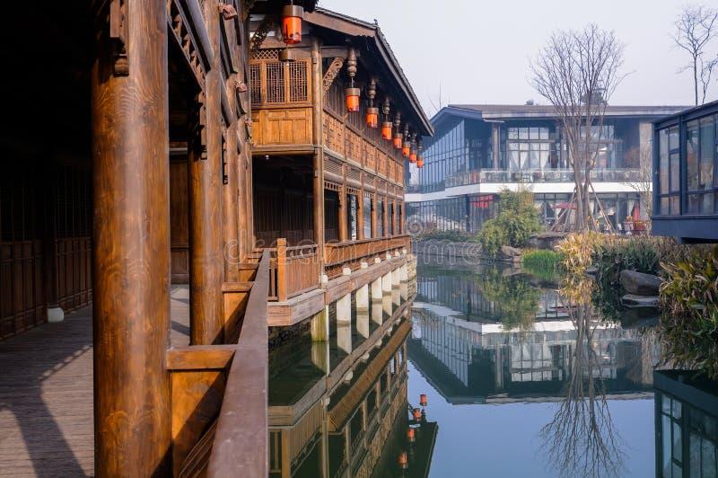 Archaised-Galerie nahe Wasser, Chengdu, China stockfotos