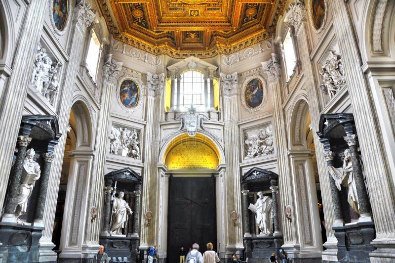 Archbasilica papale della st John Lateran, ufficialmente la cattedrale di Roma Interno barrocco, entrata con le statue degli apos fotografia stock