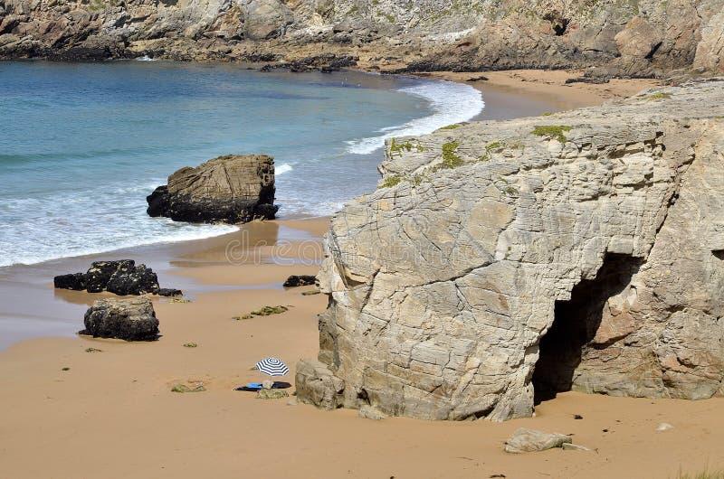 Arche auf der Küstenlinie von Quiberon in Frankreich lizenzfreies stockbild