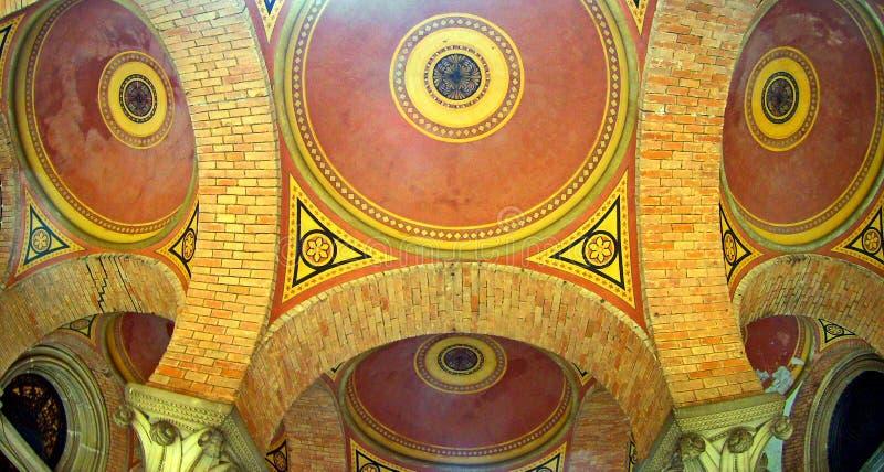 Arched coloriu o teto multi-colorido do tijolo imagens de stock