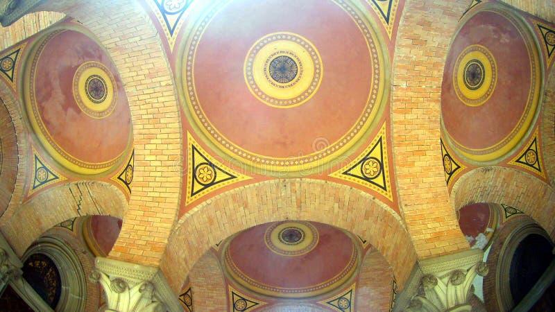 Arched coloriu o teto multi-colorido do tijolo fotografia de stock