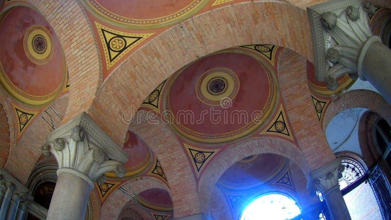 Arched coloriu o teto multi-colorido do tijolo fotos de stock
