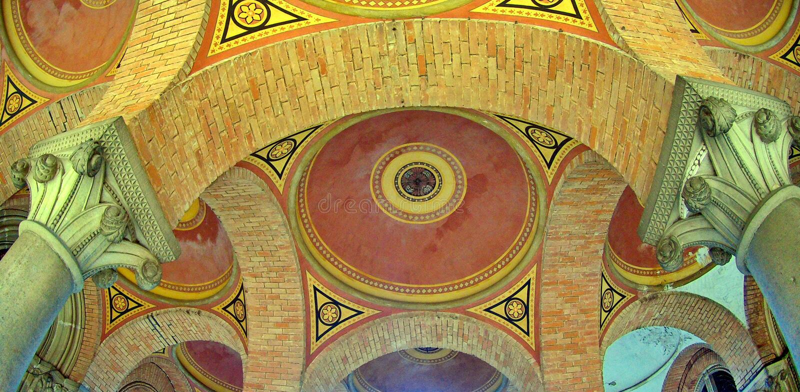 Arched coloriu o teto multi-colorido do tijolo imagem de stock royalty free