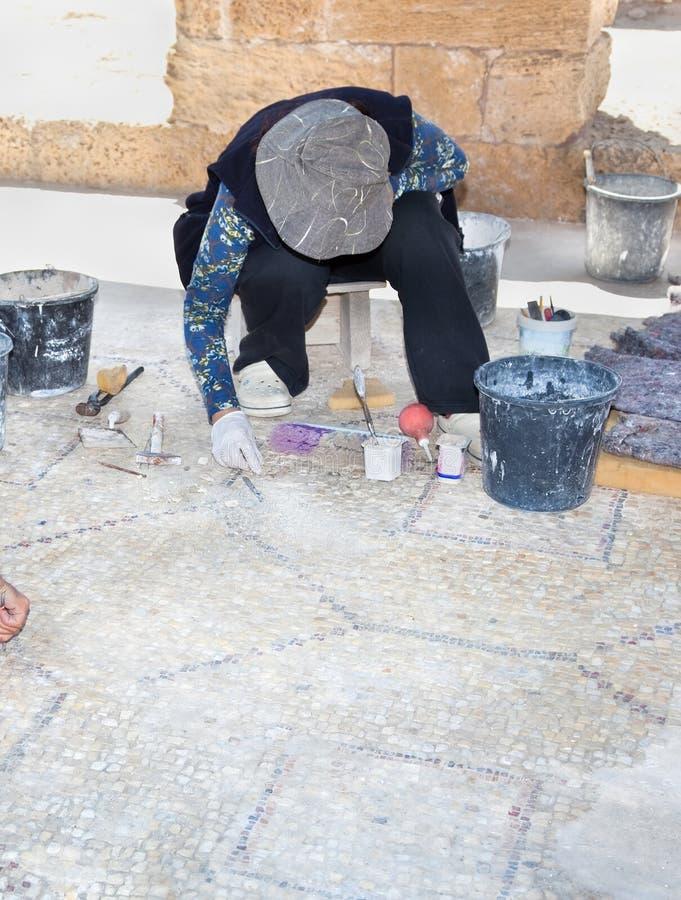 Archeologen aan het werk in oude Caesarea stock afbeelding