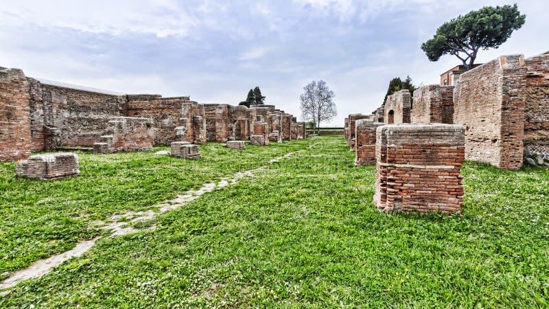 Archeologiczna Romańska miejsce panorama w Ostia Antica, Rzym, Ital - zdjęcie stock