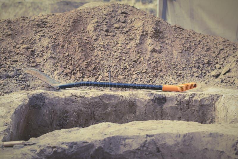 Archeologiczne ekskawacje antyczna ugoda, antyczna jama z kulturalną warstwą Łopata kłama na brązie mlejącym w fr obraz stock