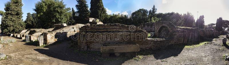 Archeologiczne ekskawacje Ostia Antica panorama w kierunku necropolis z antycznym Romańskim sarkofag w centrum - Rzym zdjęcia stock