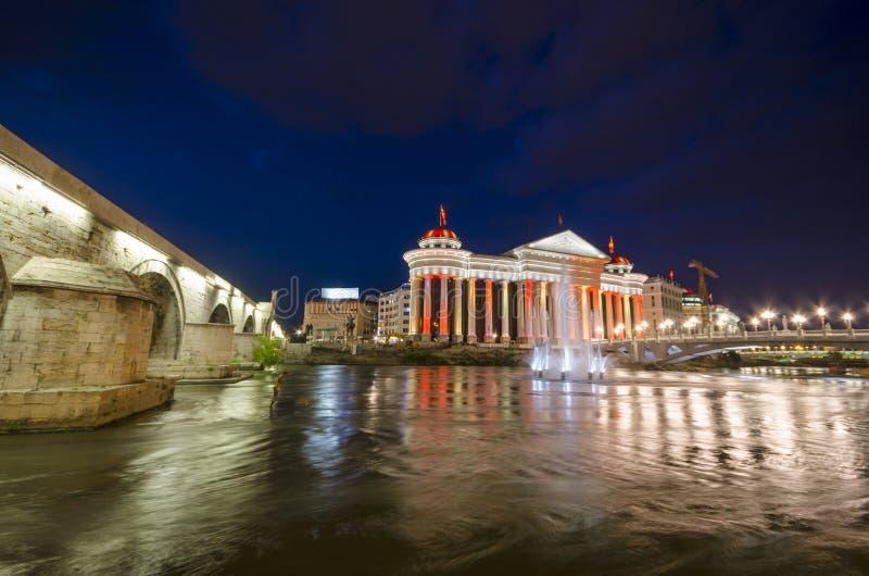 Archeologiczny muzeum Macedonia przy nocą fotografia stock