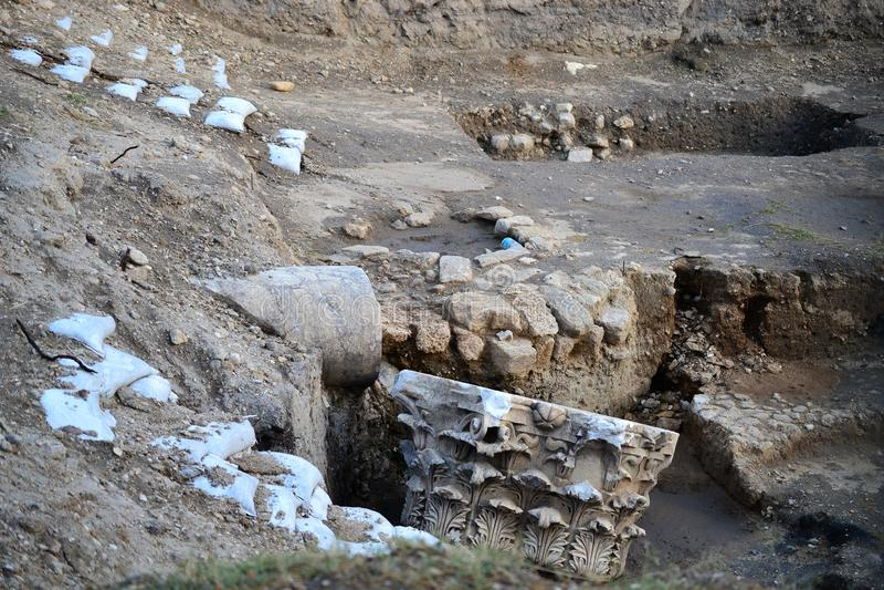 Archeologieklasse het bezoeken ruïnes van Oude en Bijbelse Stad van Ashkelon in Israël, Heilig Land stock fotografie