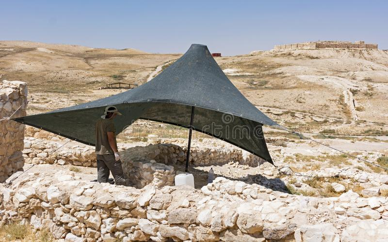 Archeologo Working al telefono Arad fotografia stock libera da diritti