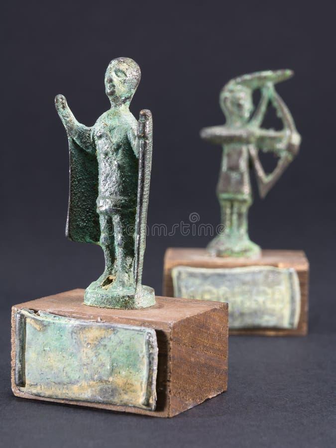 Archer broncea la figurilla y al cacique que ruegan con la capa y el sti fotos de archivo libres de regalías