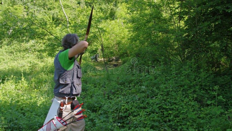 Archer dans la forêt, vue arrière photo libre de droits