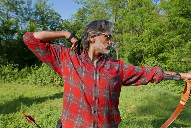 Archer dans la forêt images stock