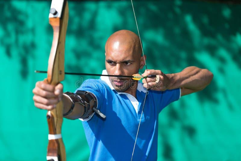 Archer die naar doel met boog en pijl streven royalty-vrije stock afbeeldingen