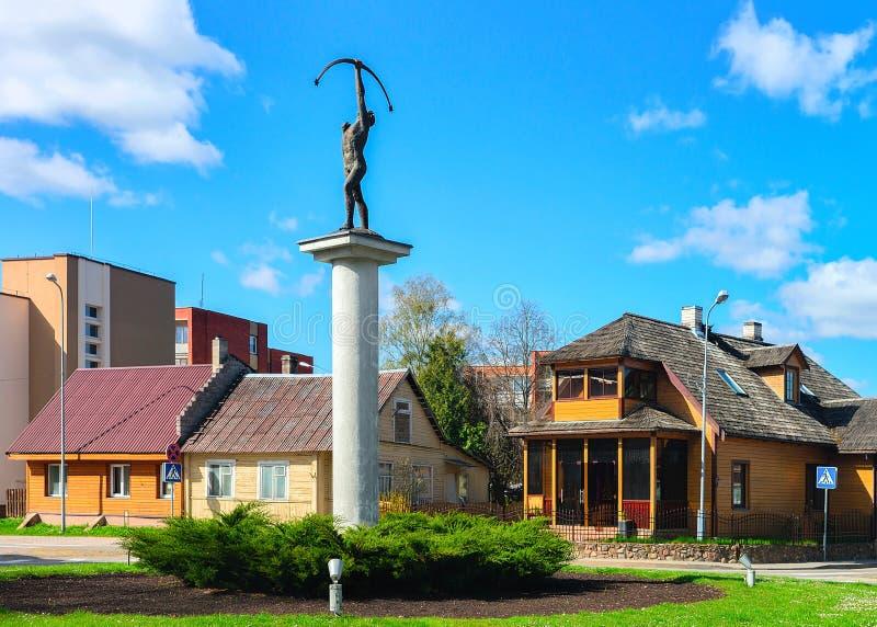 Archer skulptur på tvärgator med roterande rörelse på Druskininkai Litauen royaltyfri bild