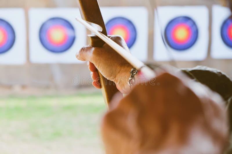 Archer tiene il suo arco che punta su un obiettivo fotografia stock libera da diritti