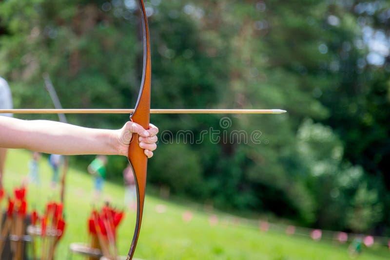 Archer tiene il suo arco che punta sull'attività all'aperto dell'obiettivo immagini stock libere da diritti