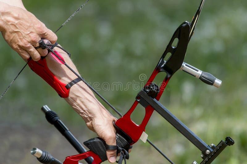 Archer trekt op de sportboogpees, die doel bij zijn doel bij de concurrentie nemen royalty-vrije stock fotografie
