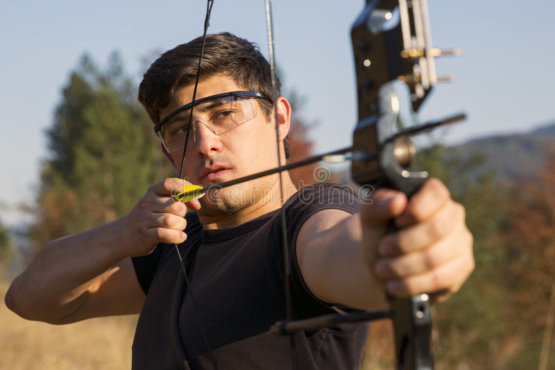Archer trekt zijn samenstellingsboog royalty-vrije stock foto