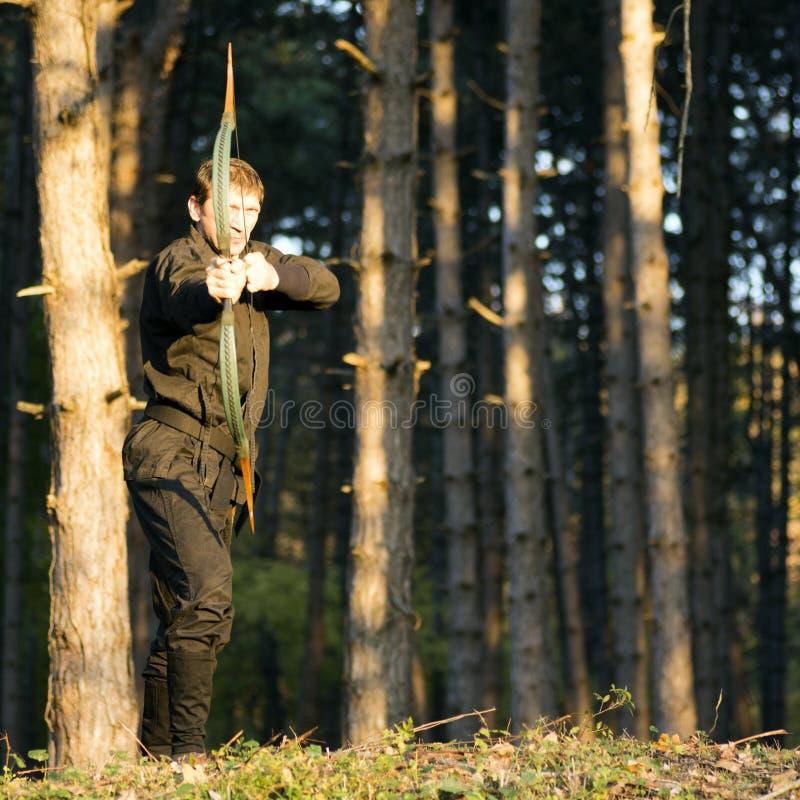 Archer w lesie zdjęcia royalty free