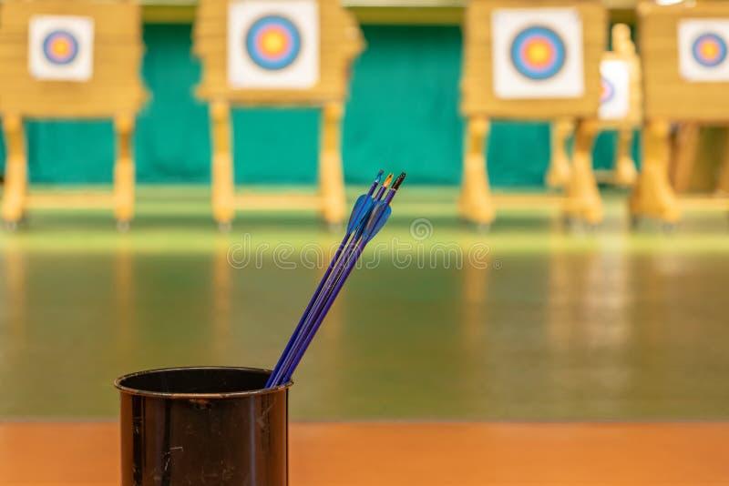 Archery в зале спорт Конкуренция для самой лучшей съемки стрелка в цели стоковое изображение rf
