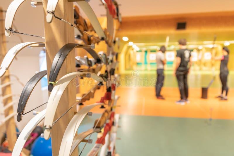 Archery в зале спорт Конкуренция для самой лучшей съемки стрелка в цели стоковая фотография