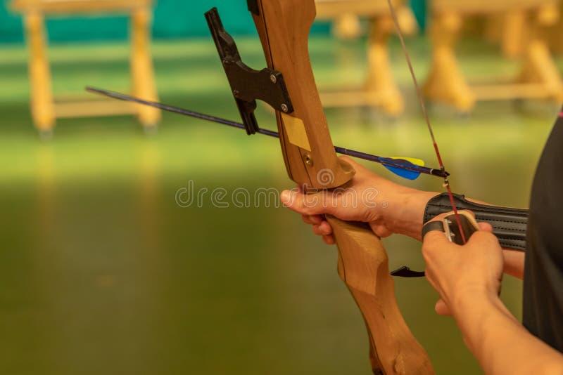Archery в зале спорт Конкуренция для самой лучшей съемки стрелка в цели стоковые фото