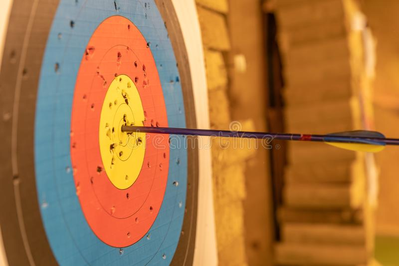 Archery в зале спорт Конкуренция для самой лучшей съемки стрелка в цели стоковое изображение