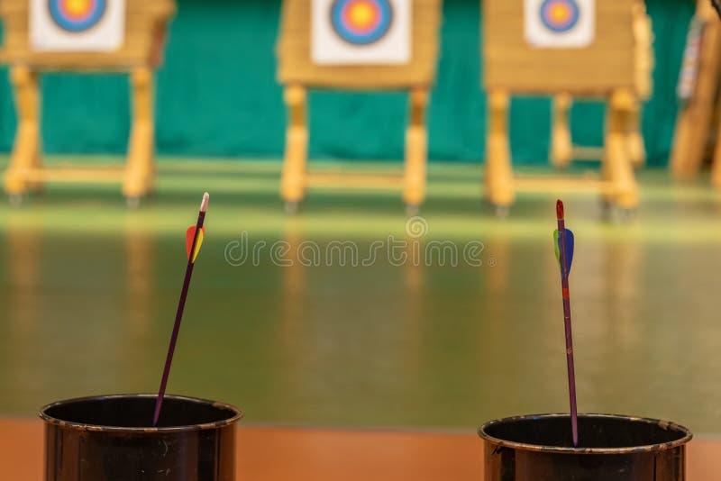 Archery в зале спорт Конкуренция для самой лучшей съемки стрелка в цели стоковые изображения