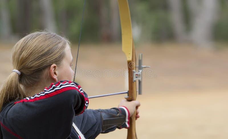 archery делая девушку подростковую стоковые фото