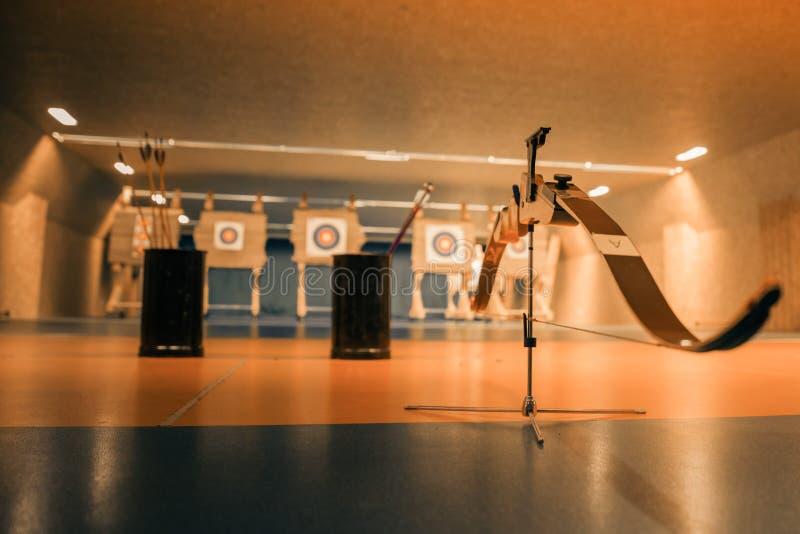 Archery как бег дисциплины спорта в зале и в природе Конкуренция для самой лучшей съемки стрелка в цели стоковое фото