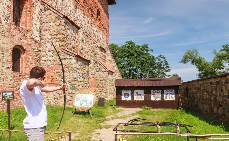 archery Attrazione nel territorio del castello di Trakai fotografie stock