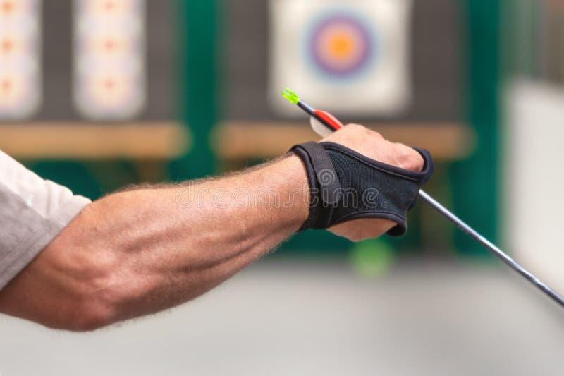 archery Esercizio di Archer con l'arco Sport, concetto di ricreazione Lo sportivo sta preparando la freccia per il colpo fotografia stock