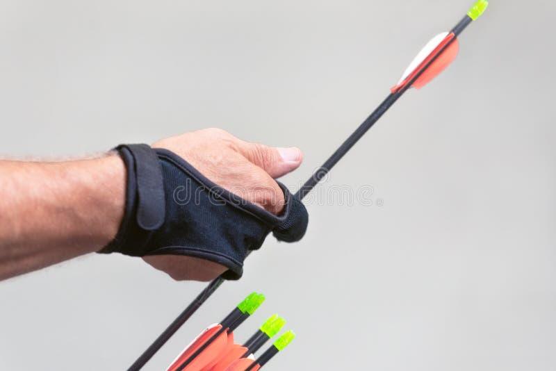 archery Esercizio di Archer con l'arco Sport, concetto di ricreazione Lo sportivo sta preparando la freccia per il colpo fotografie stock libere da diritti