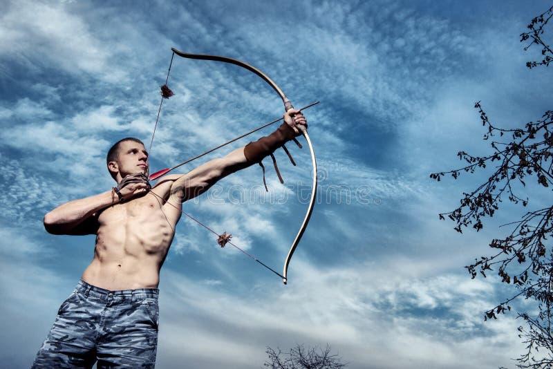 archery Giovane addestramento dell'arcere con l'arco fotografie stock