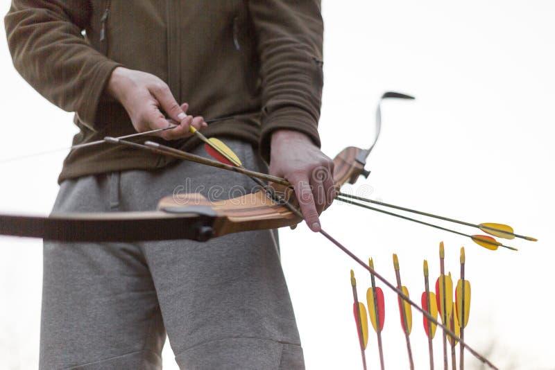 archery Mani maschii con un arco Immagine potata fotografia stock libera da diritti