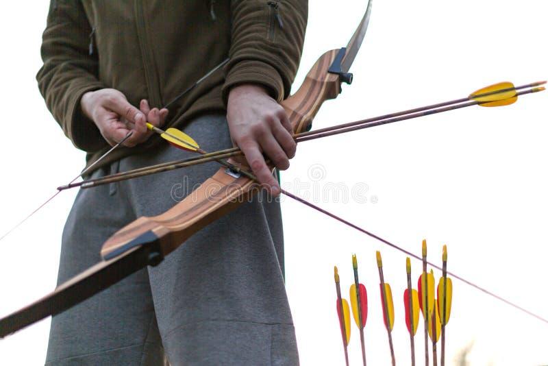 archery Uomo con un arco - fine sulla vista dell'mani Immagine potata immagine stock libera da diritti