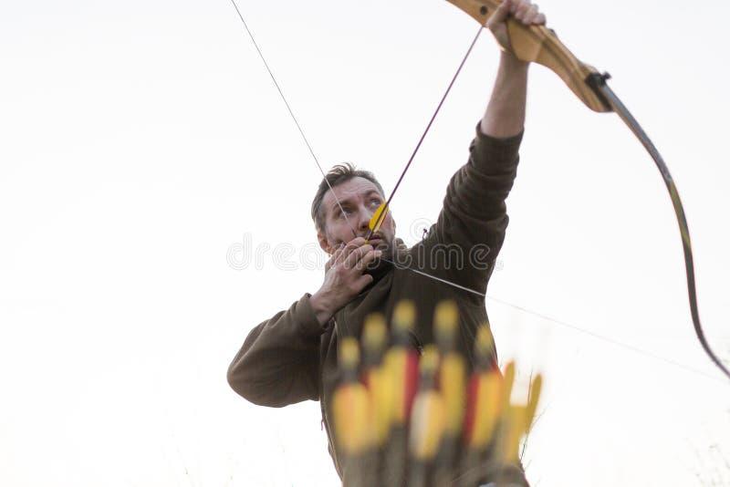 archery Uomo con un arco Immagine potata immagini stock libere da diritti