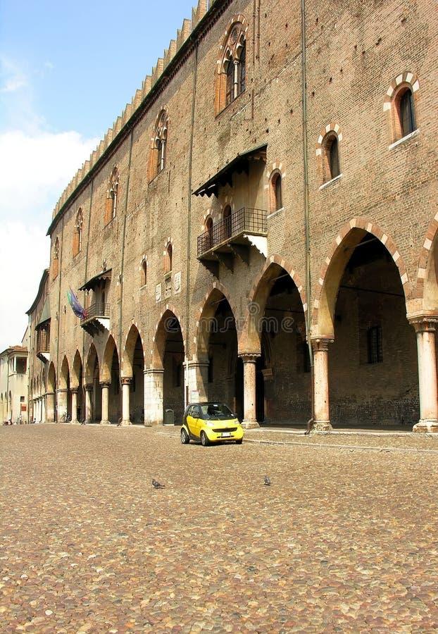 Archi di Mantovan & automobile moderna immagini stock