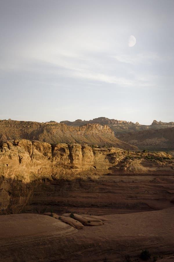Archi e Canyonlands NP con la luna, Moab, Utah fotografia stock libera da diritti