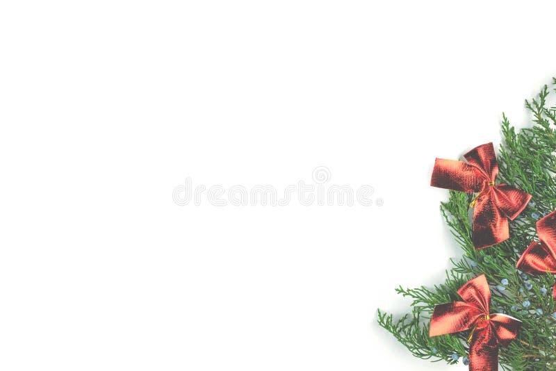 Archi rossi sulle decorazioni attillate di Natale di un ramoscello immagini stock libere da diritti