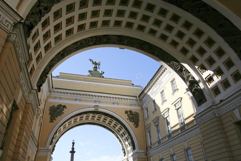 Archi a St Petersburg immagini stock