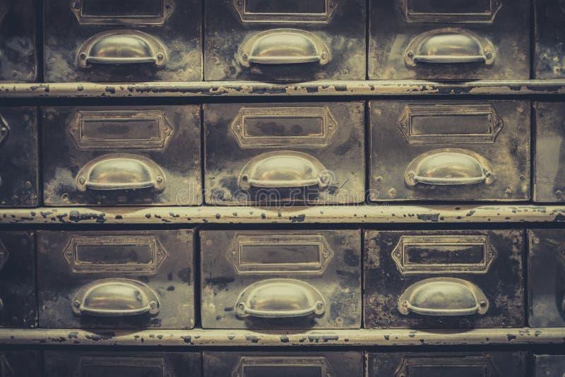 Archiefconcept, de uitstekende close-up van de bibliotheeklade, retro filter royalty-vrije stock afbeelding