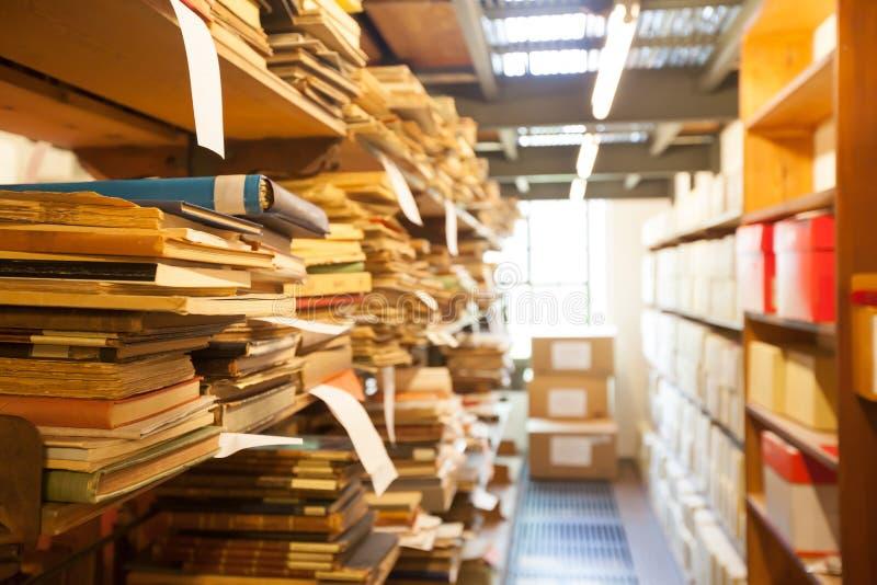 Archiefopslag, oude die documenten in de bibliotheek worden opgeslagen royalty-vrije stock afbeelding