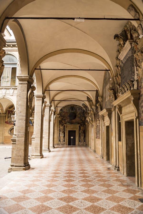 Archiginnasio图书馆画廊在波隆纳,意大利 免版税库存图片