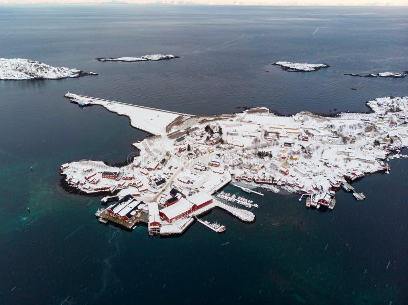 Archipel mit Fischerdorf auf Küstenlinie im Winter in Lofoten-Inseln stockfotos