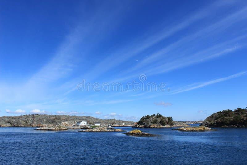 Archipel von Gothenburg, Schweden, Meer, kleines Haus auf einer Insel, Natur, blauer Himmel, schöner Tag, Frühling, Skandinavien lizenzfreies stockfoto