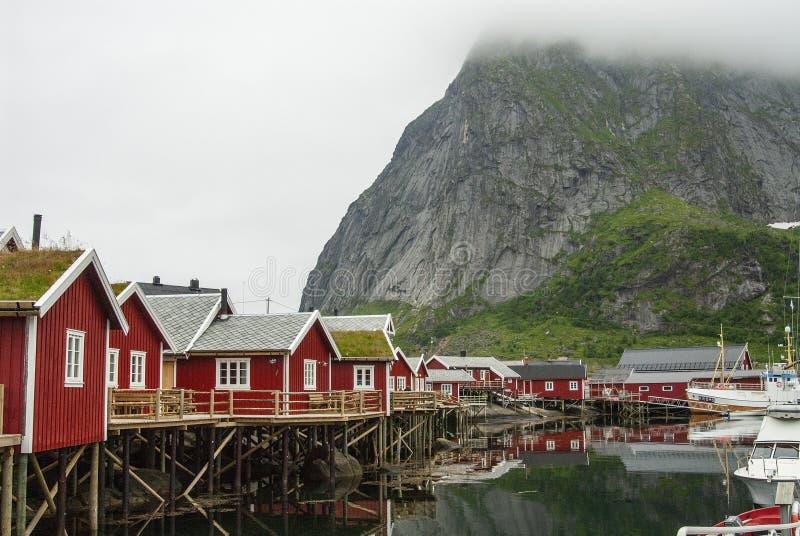 Archipelag Lofoten w p??nocnym Norwegia na popielatym mg?owym dniu obraz stock