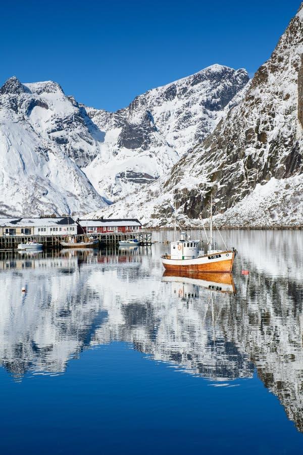 Archipiélago de Lofoten, Noruega en invierno, reflexión del agua en Hamnoy imágenes de archivo libres de regalías
