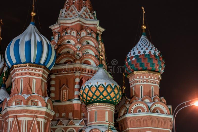 Architechtural detalj av St-basilikas domkyrka i Moskva på natten royaltyfri foto